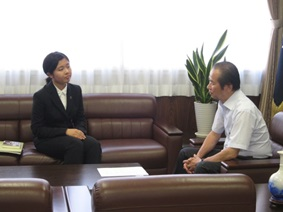 "Meeting Between University President and Selected Student for the ""Leap for Tomorrow! Study Abroad Campaign"""